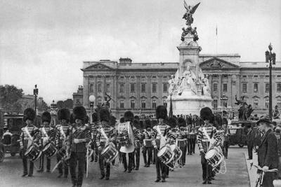 Guards in the Mall, London, Early 20th Century--Giclee Print