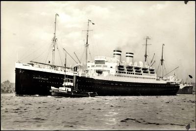Hapag, Dampfschiff Albert Ballin Am Hafen, Schlepper--Giclee Print