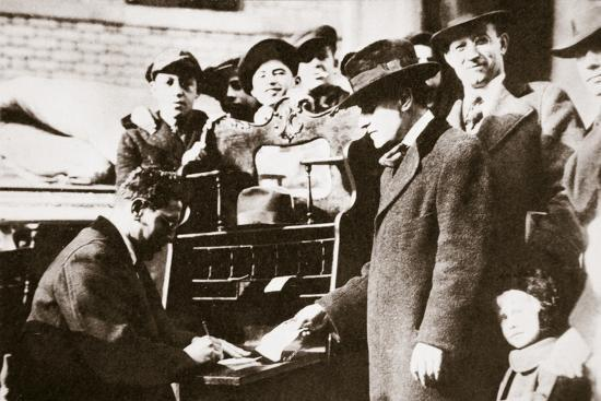 Head of the Anti-Rent League enrolling new members in New York USA, early 1919-Unknown-Photographic Print