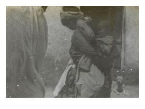 Scène de rue à Biskra ; mère portant son enfant dans le dos by Henri Jacques Edouard Evenepoel