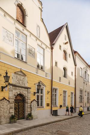 https://imgc.artprintimages.com/img/print/house-of-the-brotherhood-of-black-heads-old-town-unesco-world-heritage-site-tallinn-estonia-eu_u-l-q1bthge0.jpg?p=0