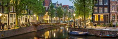 https://imgc.artprintimages.com/img/print/houses-along-canal-at-dusk-at-intersection-of-herengracht-and-brouwersgracht_u-l-pwf6zs0.jpg?p=0