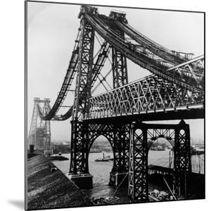 Williamsburg Bridge under Construction by Hulton Archive