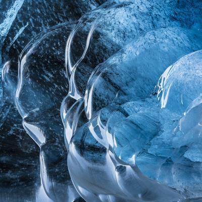 https://imgc.artprintimages.com/img/print/ice-cave-in-the-glacier-breidamerkurjokull-in-vatnajokull-national-park_u-l-q12t5s10.jpg?artPerspective=n
