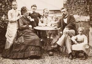 M. et Mme Gustave Eiffel et leurs 5 enfants, dans leur jardin de Levallois by J David
