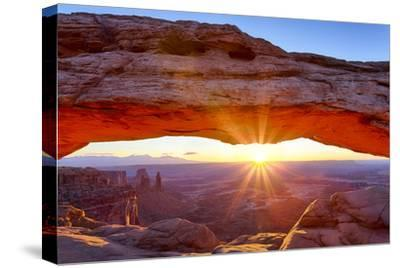 USA, Utah, Canyonlands, Island in the Sky, Mesa Arch at Sunrise