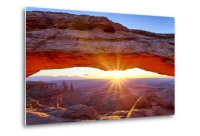 USA, Utah, Canyonlands, Island in the Sky, Mesa Arch at Sunrise