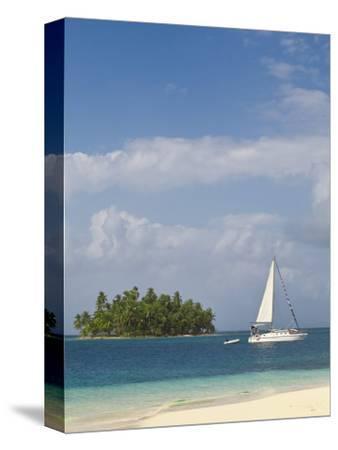 Panama, Comarca de Kuna Yala, San Blas Islands, Beach and Sailing Boat