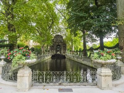 https://imgc.artprintimages.com/img/print/jardin-du-luxembourg-and-fountaine-de-l-observatoire_u-l-q1h3umf0.jpg?artPerspective=n