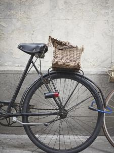 Bicycle with weathered basket by Jenny Elia Pfeiffer