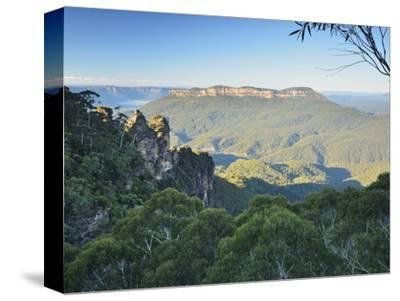 The Three Sisters and Mount Solitary, Blue Mountains, Blue Mountains National Park, Nsw, Australia