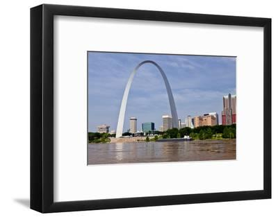 The St Louis Arch from the Mississippi River, Missouri, USA
