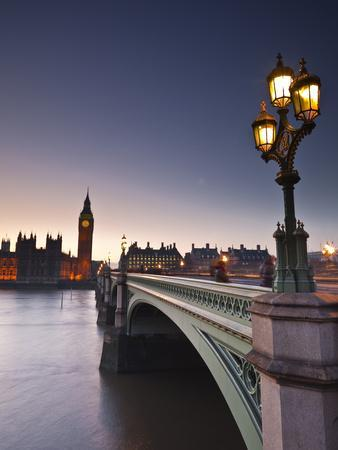 Looking across the River Thames Towards the Houses of Parliament and Westminster Bridge, London, En