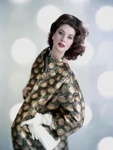 Vogue - November 1958 by Karen Radkai