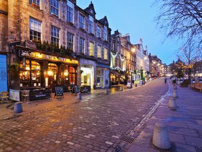 UK, Scotland, Lothian, Edinburgh, Twilight view of the Black Bull Pub and the Grassmarket.