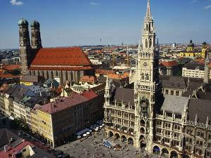 Neues Rathaus and the Frauenkirche, Munich, Bavaria, Germany by Ken Gillham