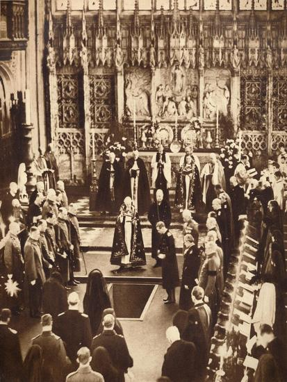 King Edward VIII sprinkles earth on his father's coffin, 1936-Unknown-Giclee Print
