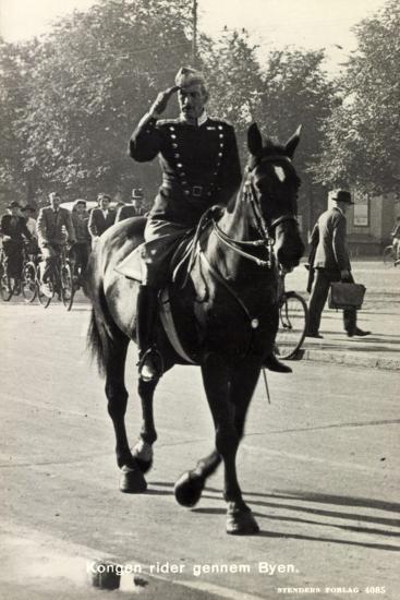 König Von Dänemark Christian X Auf Einem Pferd--Giclee Print