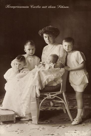 Kronprinzessin Cecilie Sitzend Mit Ihren Söhnen--Giclee Print