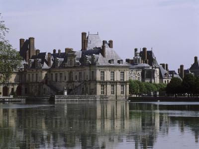 L'étang et les bâtiments de la cour de la Fontaine--Giclee Print