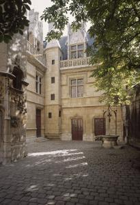 L'hôtel de Cluny : façade est, puits et porte d'entrée actuelle