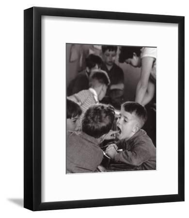 La Dent-Robert Doisneau-Framed Art Print