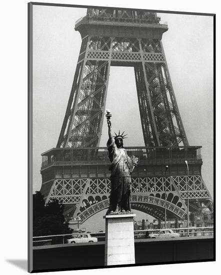 La Tour Eiffel En Liberté, 1969-Robert Doisneau-Mounted Art Print