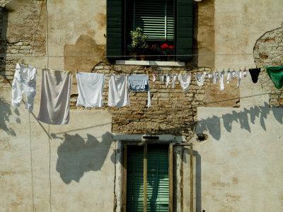 https://imgc.artprintimages.com/img/print/laundry-hanging-on-a-line-in-venice-italy_u-l-p2xgyz0.jpg?p=0