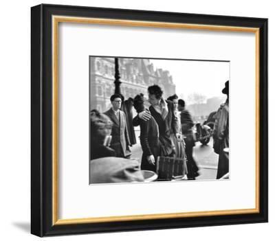 Le Baiser de l'Hotel de Ville, Paris, 1950-Robert Doisneau-Framed Art Print