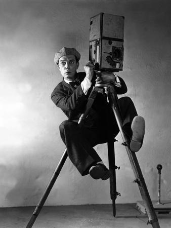 https://imgc.artprintimages.com/img/print/le-cameraman-the-cameraman-de-edwardsedgwick-avec-buster-keaton-1928_u-l-pjuf0j0.jpg?p=0