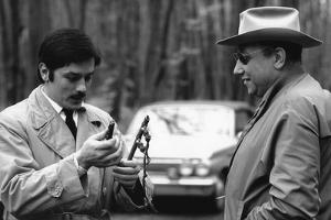 LE CERCLE ROUGE, 1970 directed by JEAN-PIERRE MELVILLE On the set, Alain Delon with Jean-Pierre Mel