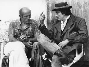 LE GITAN, 1975 directed by JOSE GIOVANNI On the set, Jos? Giovanni and Alain Delon (b/w photo)