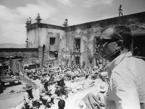 Le realisateur Sam Peckinpah sur le tournage du film La Horde Sauvage THE WILD BUNCH, 1969 (b/w pho