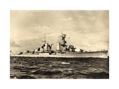 Leichter Kreuzer, Deutsches Kriegsschiff in Fahrt--Giclee Print