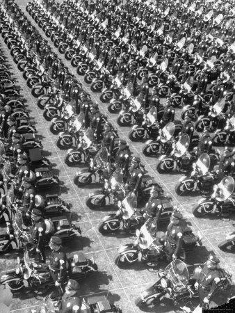 https://imgc.artprintimages.com/img/print/los-angeles-has-world-s-biggest-motorcycle-police-force-here-lining-up-for-review_u-l-p3mzfl0.jpg?p=0
