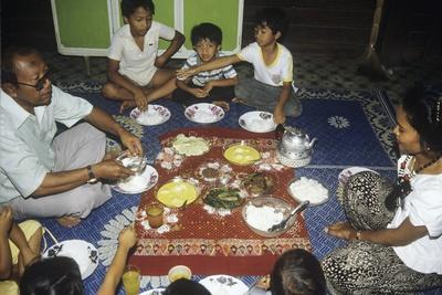 https://imgc.artprintimages.com/img/print/malay-family-eating-an-iftar-meal-following-the-end-of-the-day-s-fast-during-the-month-of-ramadan_u-l-plk9z60.jpg?p=0