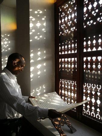 https://imgc.artprintimages.com/img/print/man-reading-the-koran-in-a-doha-mosque-doha-qatar-middle-east_u-l-p9fjvm0.jpg?p=0