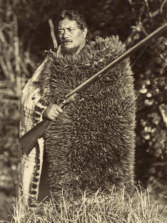 https://imgc.artprintimages.com/img/print/man-wearing-a-kiwi-feather-mat-c-1910_u-l-ppcltb0.jpg?p=0
