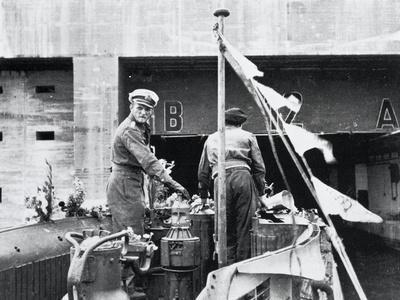 https://imgc.artprintimages.com/img/print/manoeuver-progress-of-submarine-u-555-at-entrance-to-bunker-of-german-base-in-saint-nazaire_u-l-pq7gif0.jpg?p=0