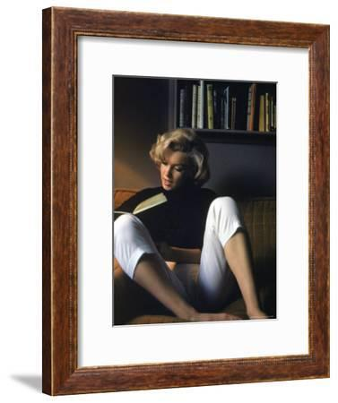 Marilyn Monroe Reading at Home-Alfred Eisenstaedt-Framed Premium Photographic Print