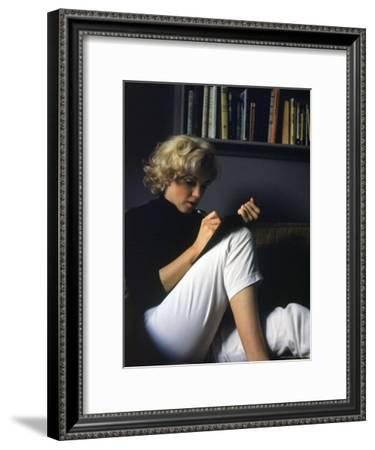 Marilyn Monroe Writing at Home-Alfred Eisenstaedt-Framed Premium Photographic Print