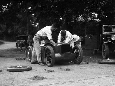 https://imgc.artprintimages.com/img/print/mechanics-working-on-leon-cushmans-austin-7-racer-for-a-speed-record-attempt-brooklands-1931_u-l-q13gv030.jpg?p=0
