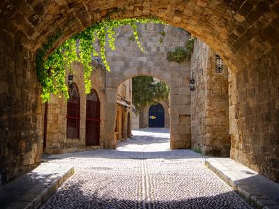 https://imgc.artprintimages.com/img/print/medieval-arched-street_u-l-q103uji0.jpg?p=0