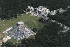 Mexico, Yucatan, Chichen Itza, Mayan Archeological Site, Temple of Warriors and Temple of Kukulkan