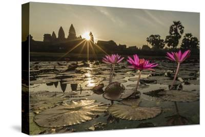 Sunrise over the West Entrance to Angkor Wat, Angkor, Siem Reap, Cambodia