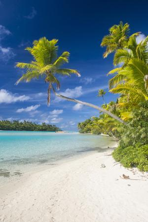 White sand bank in the turquoise waters of the Aitutaki lagoon, Rarotonga and the Cook Islands, Sou