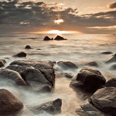 https://imgc.artprintimages.com/img/print/midnight-sunrise_u-l-q1bez3a0.jpg?p=0