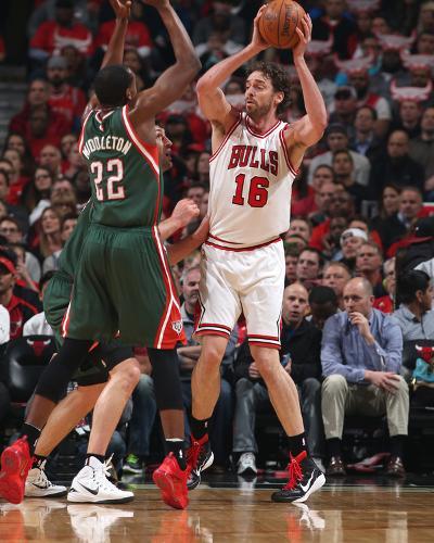 Milwaukee Bucks v Chicago Bulls - Game Two-Gary Dineen-Photo