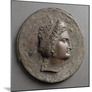 Miroir à boîte: tête féminine, de profil, avec boucle d'oreille en forme de