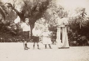 Mme Salles et ses 3 enfants dans le jardin de la villa Salles à Beaulieu